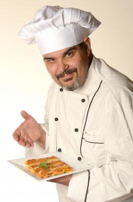 Chef de cocina con chaqueta de cocinero y gorro de chef