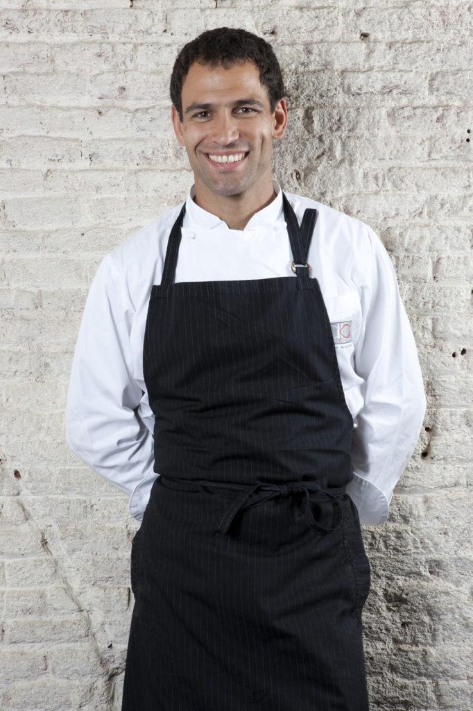 Julio jose iglesias cocinando con su delantal