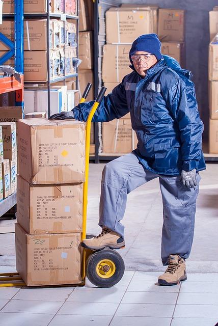 trabajador con epi y calzado de proteccion