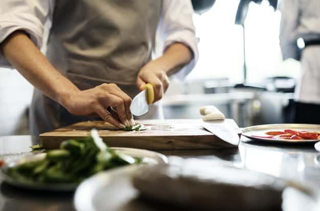 chef cocina cocina restaurante con delantal gris