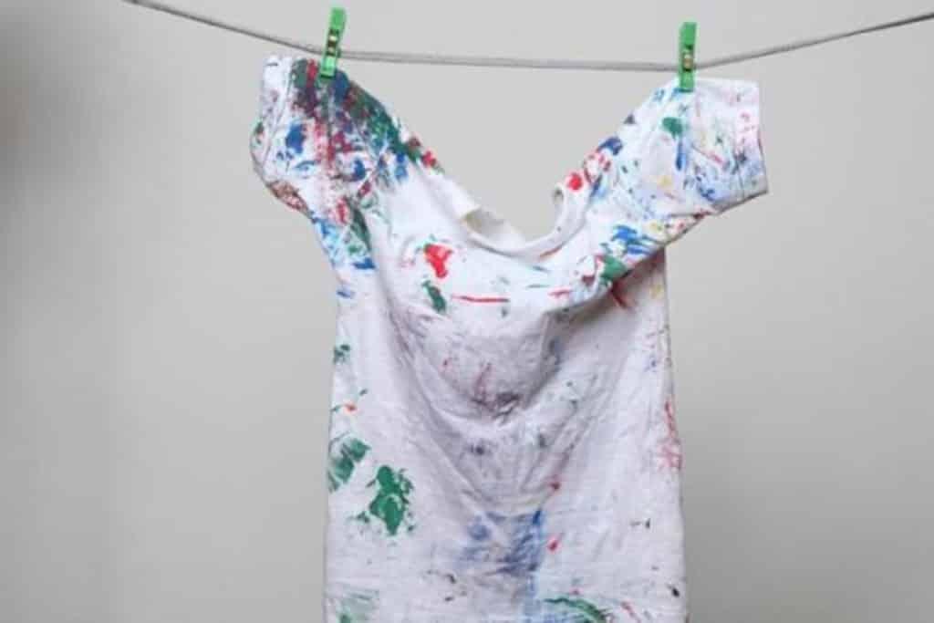 ¿Cómo limpiar manchas de tóner de la ropa de trabajo?